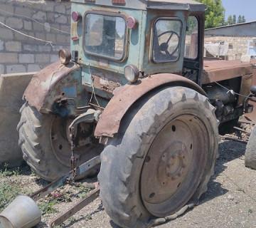 Traktor satılır